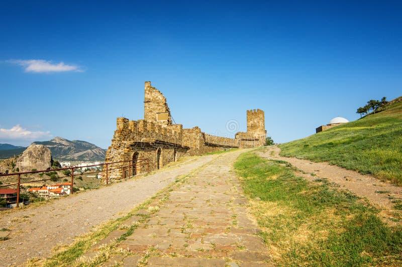 Genoese крепость в курортном городе Sudak, крымском полуострове, Чёрном море стоковые фотографии rf