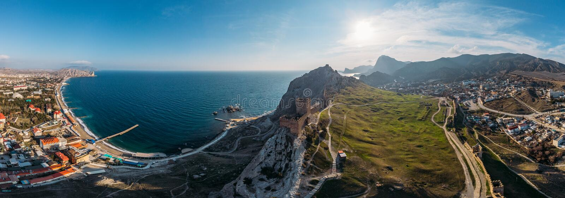 Genoese Festung in Sudak, Krim Luftpanoramaansicht von Ruinen des alten historischen Schlosses auf Kamm des Berges nahe Meer lizenzfreie stockfotos