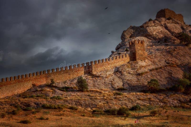 Genoese Schloss unter dunklem Sonnenunterganghimmel lizenzfreie stockfotos