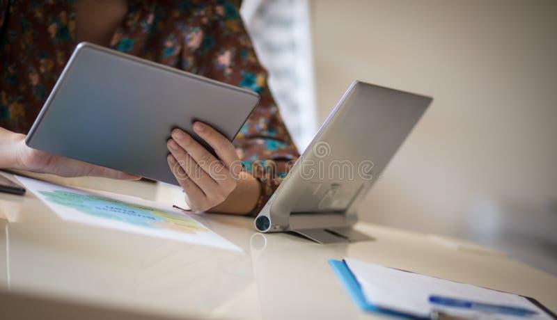 Genom att använda den digitala minnestavlan som hjälper henne att göra den bättre affären fotografering för bildbyråer