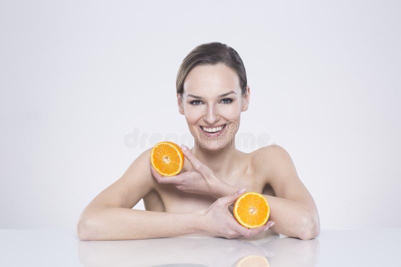 Genom att använda skönhetsmedel endast med naturliga ingredienser royaltyfri fotografi