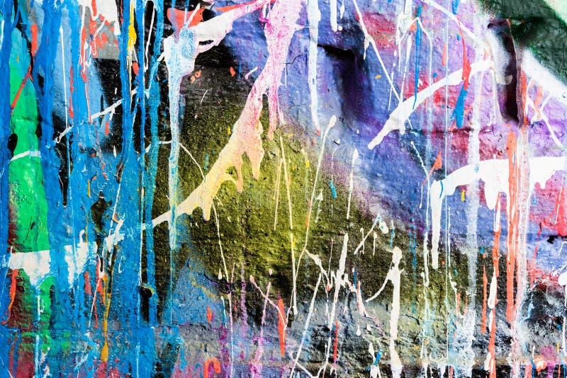 Genomblöt målarfärggrafittivägg arkivbild