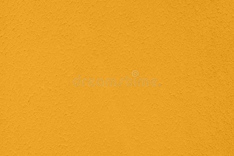 genomdränkt konkret texturerad bakgrund för gul kulör låg kontrast med kärvhet och oriktigheter royaltyfri bild