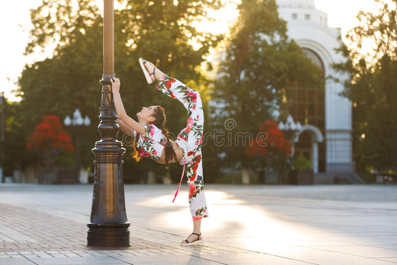 Genomkörare av den unga gymnasten arkivfoton