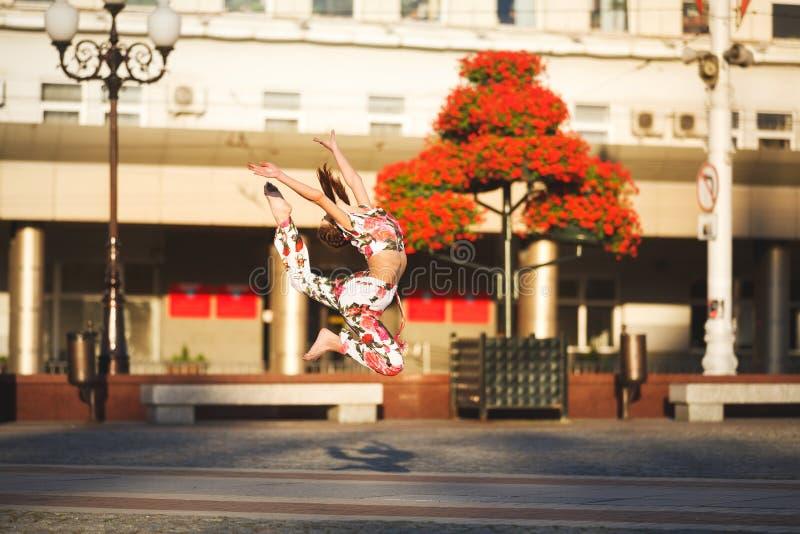 Genomkörare av den unga gymnasten fotografering för bildbyråer