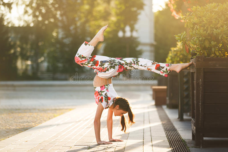Genomkörare av den unga gymnasten arkivbild