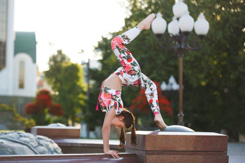 Genomkörare av den unga gymnasten royaltyfria bilder