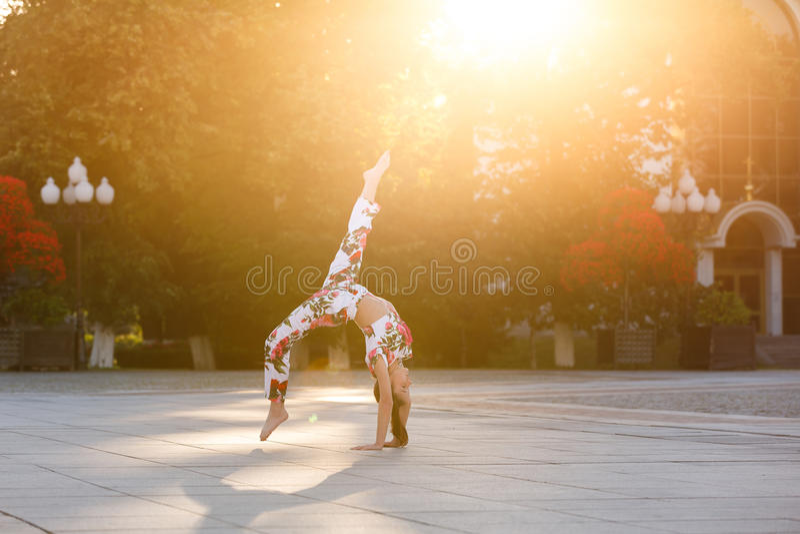 Genomkörare av den unga gymnasten royaltyfri bild