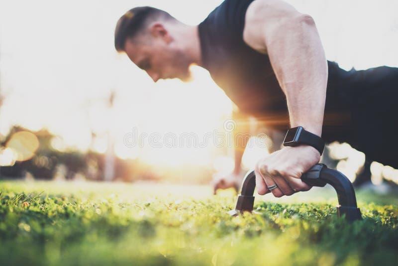 Genomkörarelivsstilbegrepp Muskulöst öva för idrottsman nen skjuter utanför i soligt parkerar upp Färdig shirtless manlig konditi royaltyfri foto