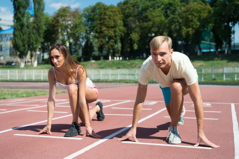 Genomköraren och hälsa, sportpar startar konkurrensspring royaltyfri bild