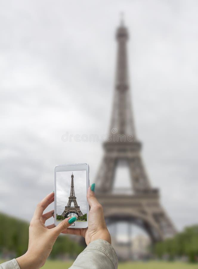 Genommener Bilder Eiffelturm mit Handy lizenzfreies stockbild