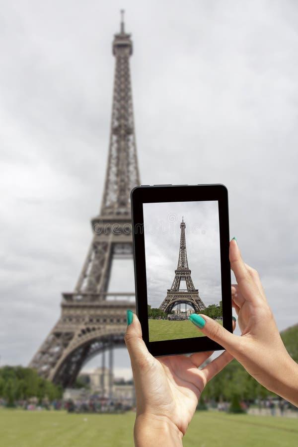 Genommener Bilder Eiffelturm mit Tablette stockfotos