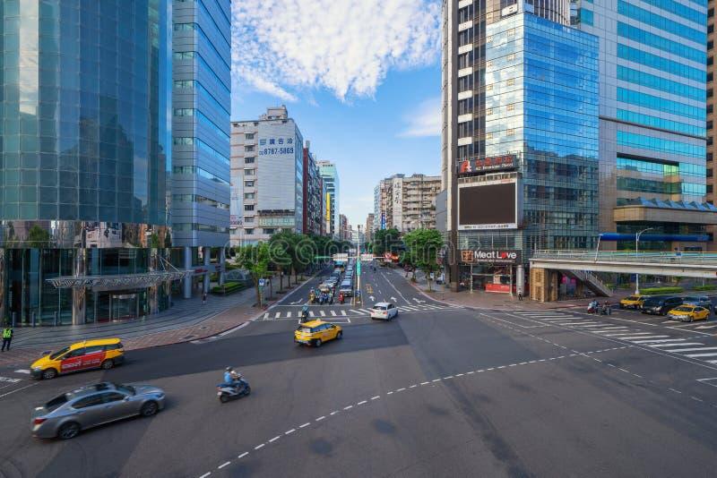 Genomskärningsföreningspunkt med biltrafik på det Taipei centret, Taiwan Finansiell omr?des- och aff?rsmitt i smart stads- stad arkivfoto