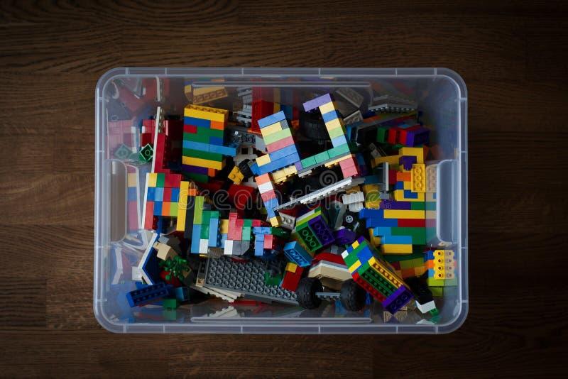 Genomskinlig leksakbehållare med kulöra tegelstenar fotografering för bildbyråer
