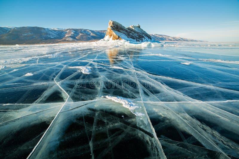 Genomskinlig is med sprickor på Lake Baikal nära den Ogoy ön Siberia Ryssland arkivfoto