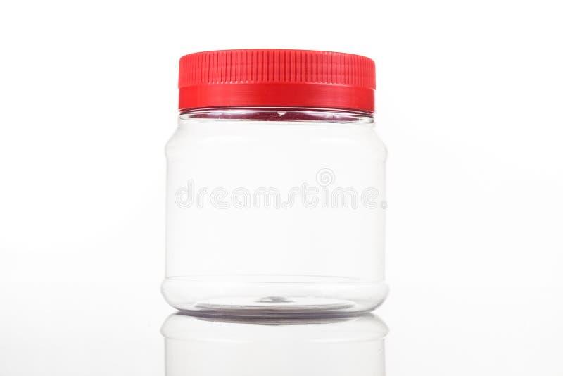 Genomskinlig plast-PVC-krus med den röda räkningen som isoleras i vit arkivbild