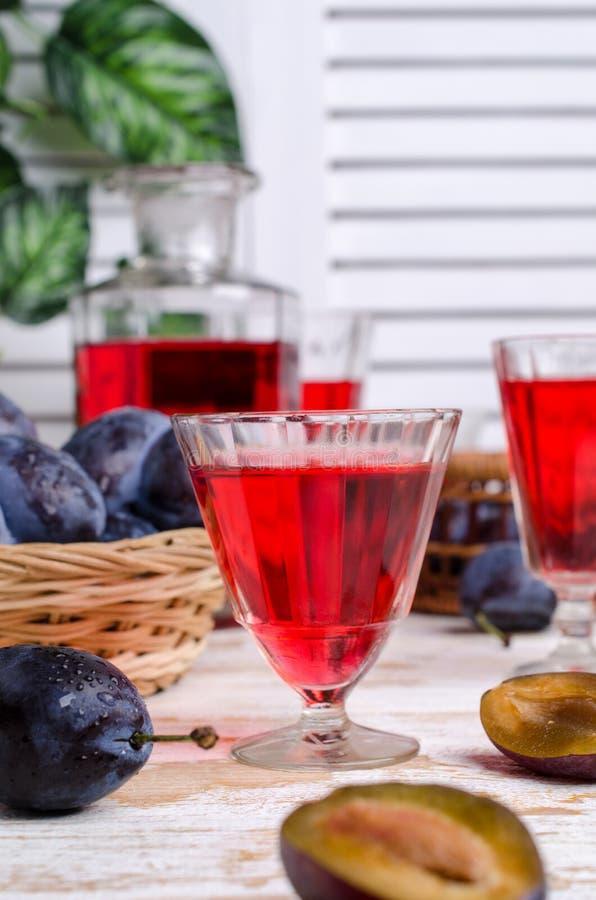 Genomskinlig röd drink i exponeringsglas royaltyfri bild