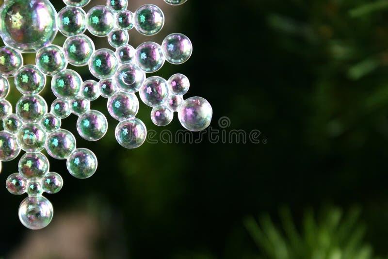 Genomskinliga bollar för julsnöflingaprydnad arkivfoton