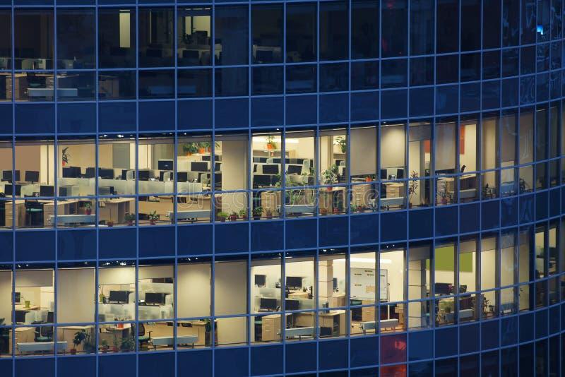 Genomskinliga fönster av den stora affärsmitten royaltyfria foton