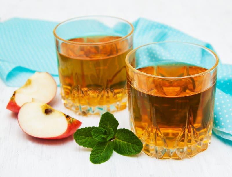 genomskinligt för glass fruktsaft för bild för mat för äpplen för äpple 3d begreppsmässigt fallande naturligt arkivbild
