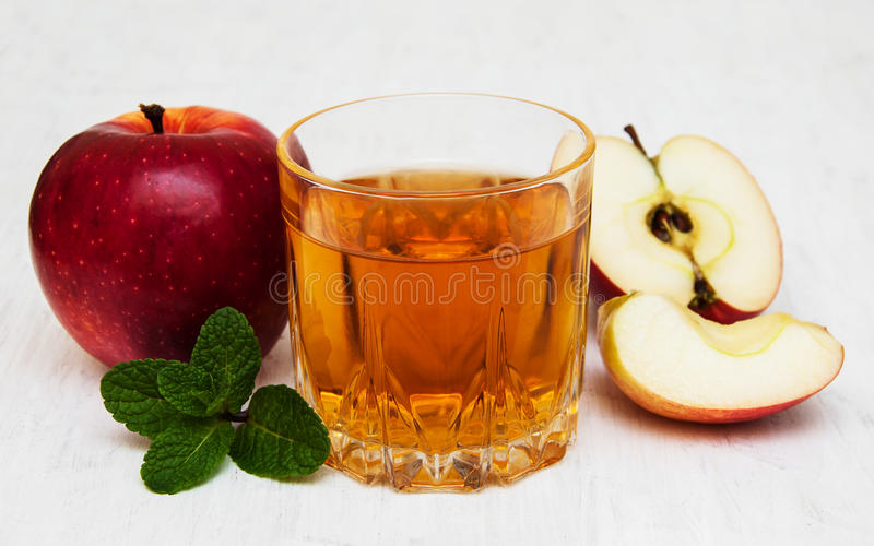 genomskinligt för glass fruktsaft för bild för mat för äpplen för äpple 3d begreppsmässigt fallande naturligt royaltyfri bild