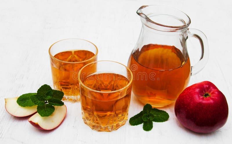 genomskinligt för glass fruktsaft för bild för mat för äpplen för äpple 3d begreppsmässigt fallande naturligt arkivbilder