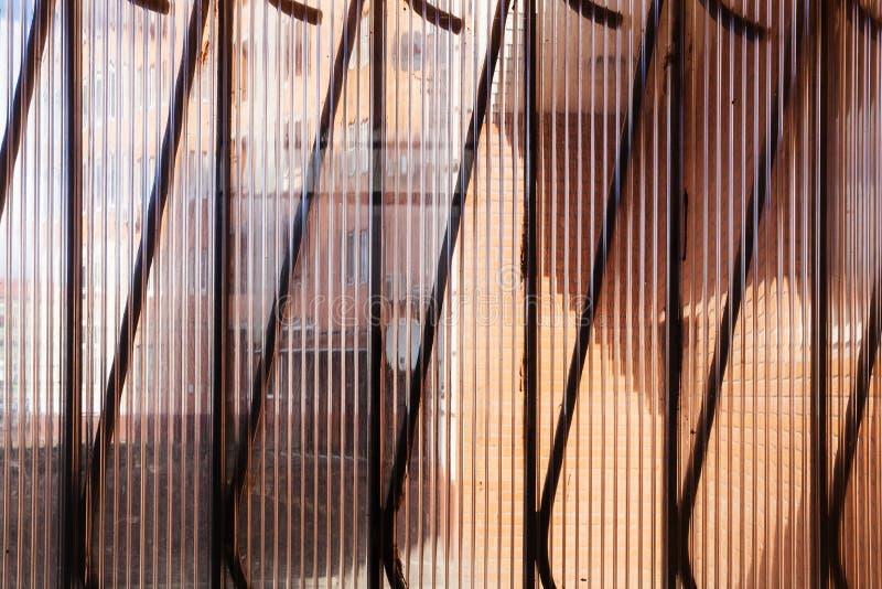 Genomskinligt Plast Vägg Och Metallraster Arkivfoto Bild av utgångspunkt, vägg 68698700