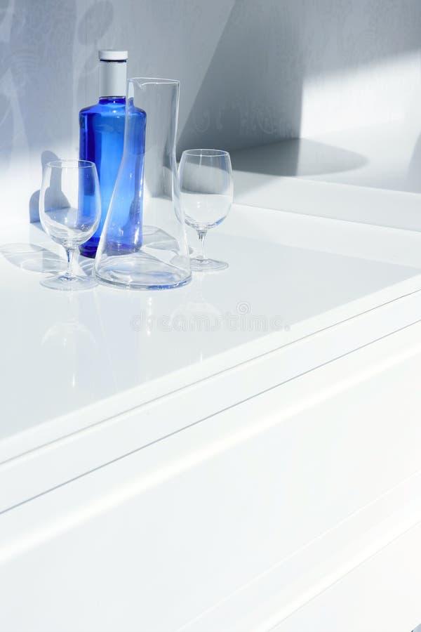 genomskinligt vatten för blå skugga för flaskexponeringsglas arkivbilder