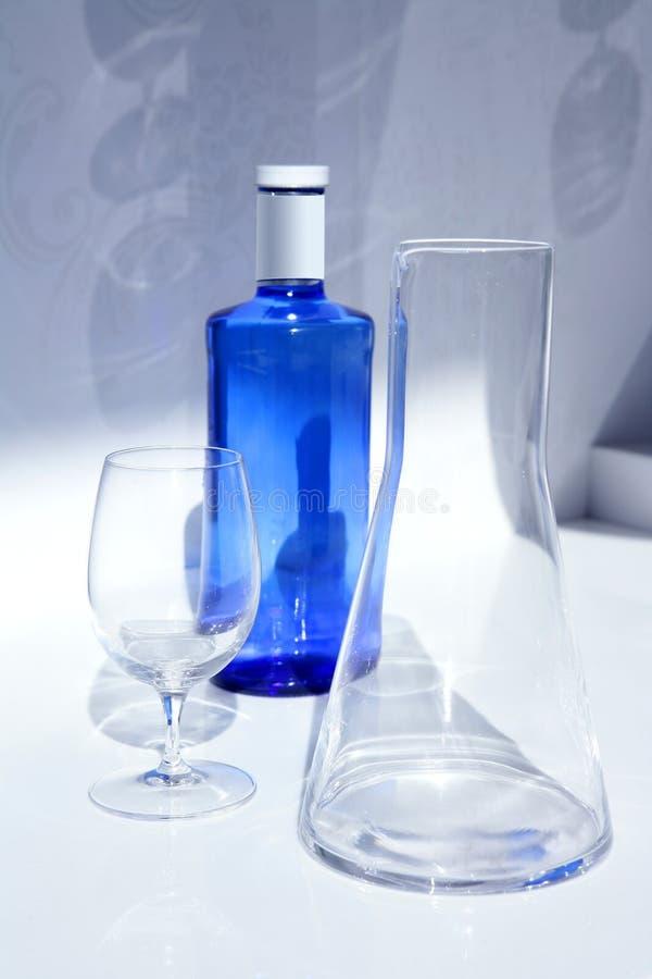 genomskinligt vatten för blå skugga för flaskexponeringsglas fotografering för bildbyråer