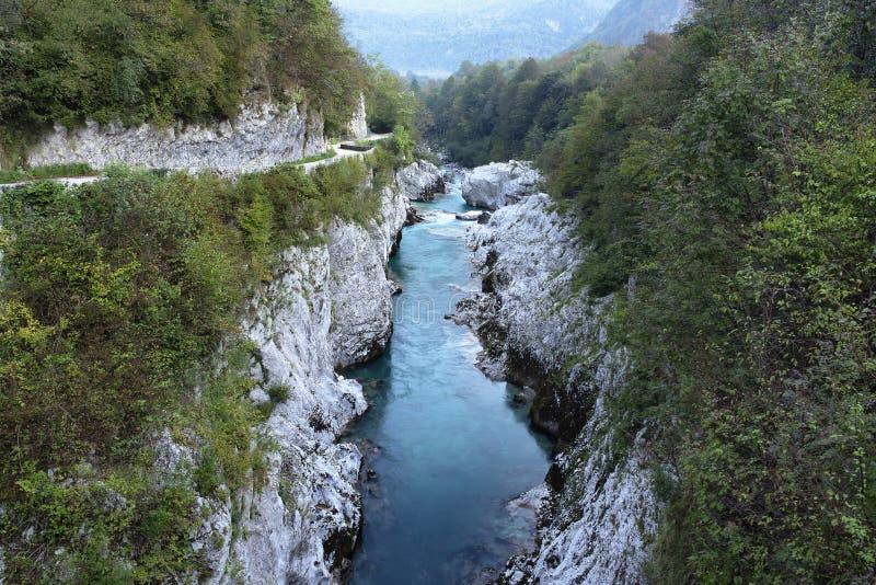 Genomskinligt vatten för smaragdturkos av den Soca floden från Napoleon Bridge, i den Soca dalen, Slovenien royaltyfria bilder