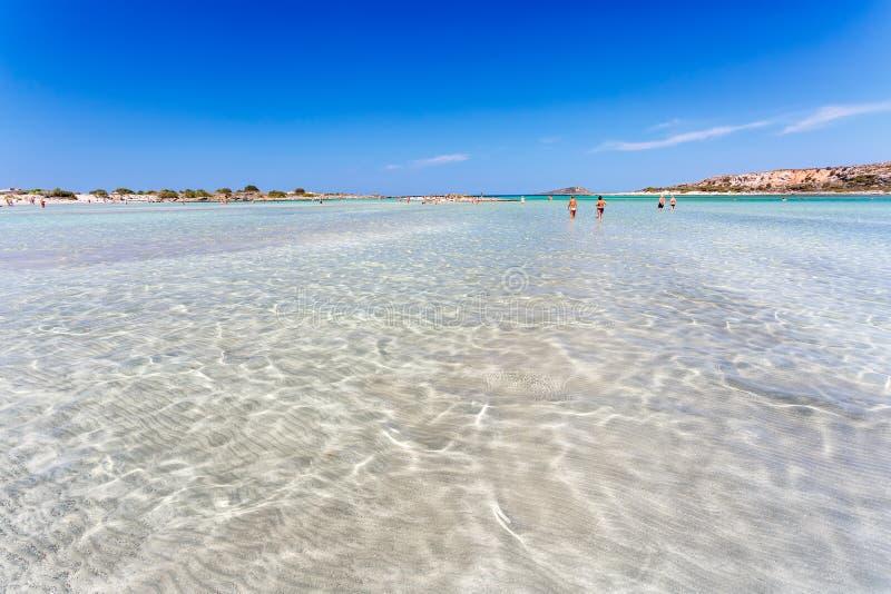 Genomskinligt vatten på den Elafonisi stranden crete Grekland royaltyfri bild