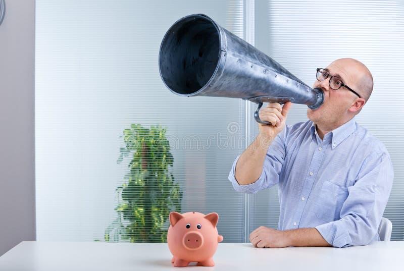 Genomsnittliga besparingar för för manmegafon och svin arkivbilder