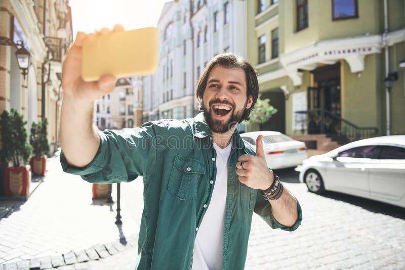Genossener Mann, der auf einem Weg sich fotografiert lizenzfreie stockbilder