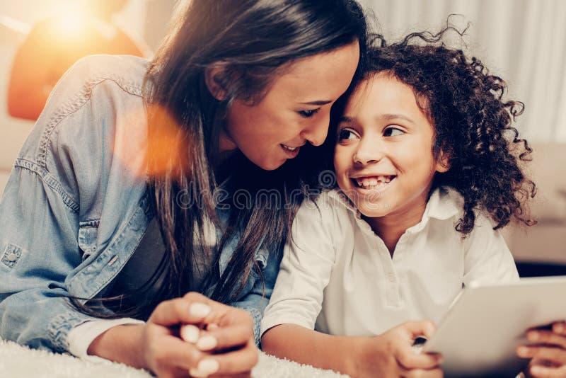 Genoten van mum en het lusje van de kindholding stock afbeelding