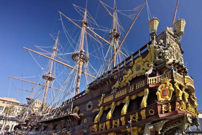 genova Galeone di Nettuno ancorato nel porto fotografie stock libere da diritti