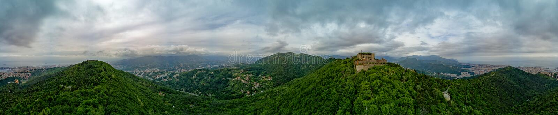Genova genuy widok z lotu ptaka od kasztelu i ściany na wzgórzu fotografia stock
