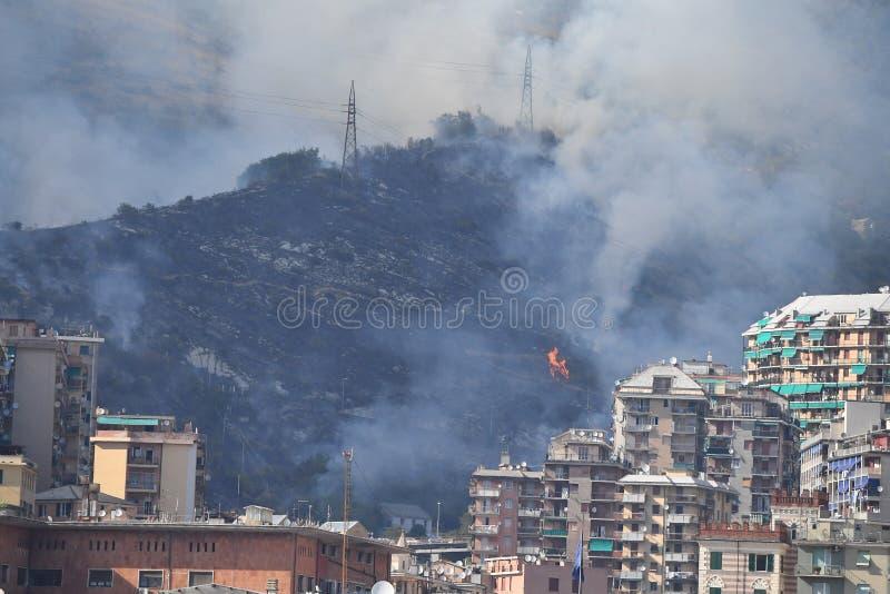 GENOVA, ITALIA - 9 agosto 2017 - inforni la città vicina bruciante fotografia stock
