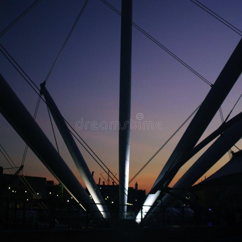Genova, Italia Il Bigo in porto nella notte immagini stock