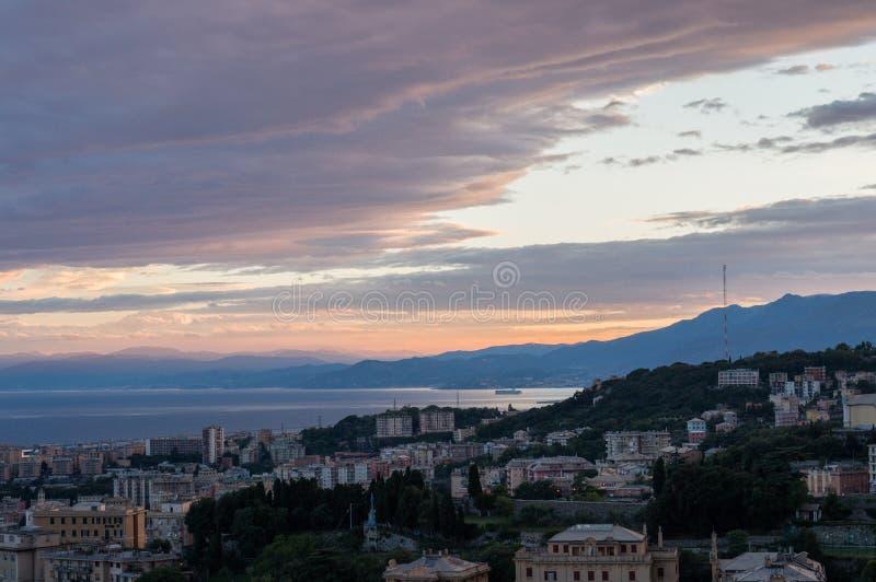 Genova, Italia Vista di tramonto della città immagine stock libera da diritti