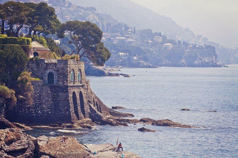 Genova - Nervi - linea costiera rocciosa lungo la passeggiata del mare fotografia stock