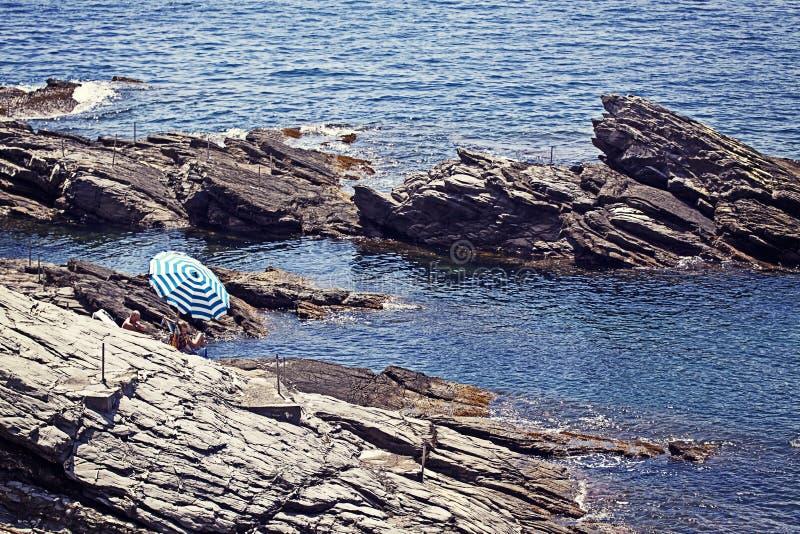 Genova-Nervi - vista di estate, esposizione al sole sulle scogliere fotografie stock