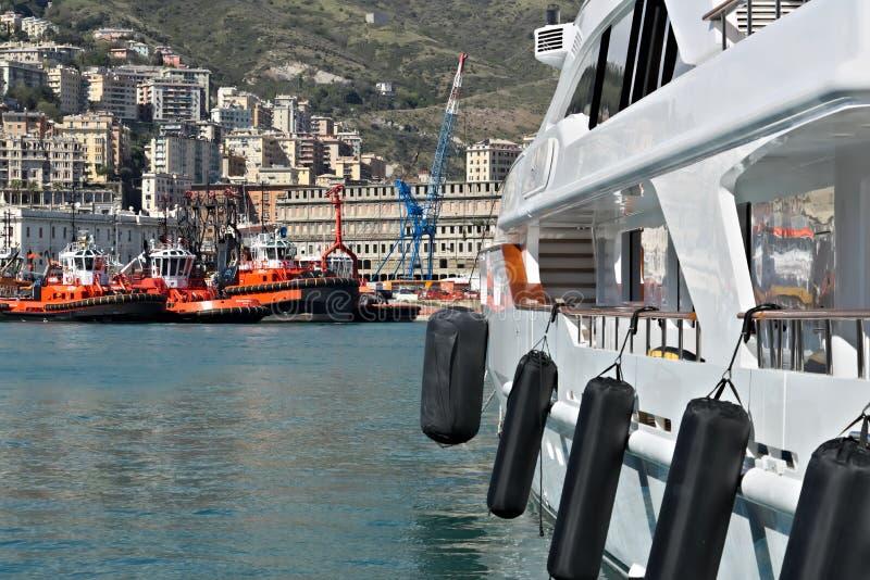 genova 04/05/2019 Yacht e rimorchiatori al porto antico fotografie stock libere da diritti