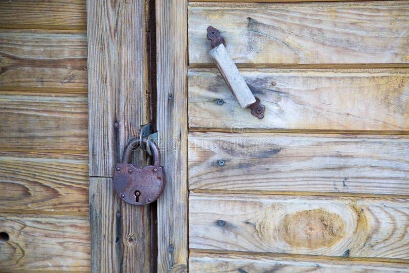 Genre de serrure en m?tal avec la poign?e de porte sur la porte en bois image libre de droits