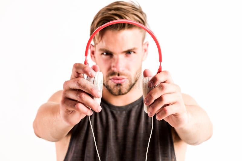 Genre der modernen Musik entspannen Sie sich sexy muskulösen Mann der Titelliste, zu hören Musik vom Titellistemann sich entspann lizenzfreie stockfotografie