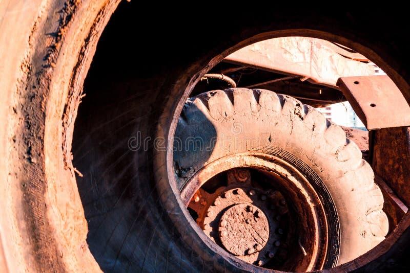 Genre sale énorme de roues de voiture d'intérieur photographie stock libre de droits
