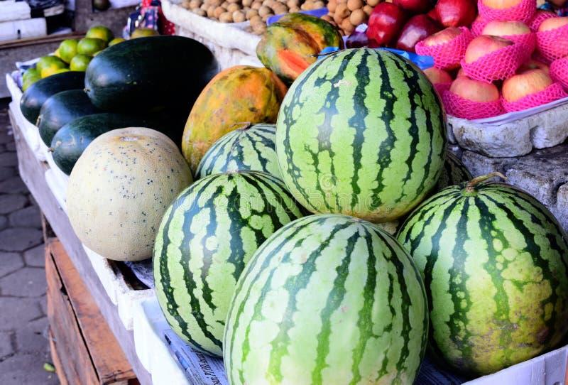 Genres de fruit frais vendus sur le marché, fruit frais sur le marché pastèque, pommes, fruit de papaye Fruit frais photographie stock libre de droits
