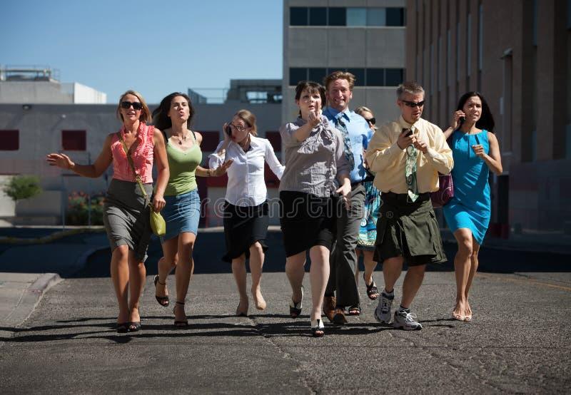 Gens élégants et heureux exécutant dans la ville. images libres de droits