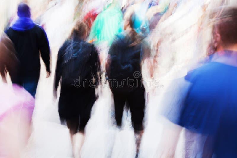 Gens abstraits marchant dans la ville photographie stock libre de droits