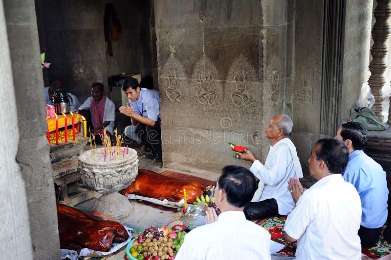 Gens cambodgiens exécutant le rituel photo stock