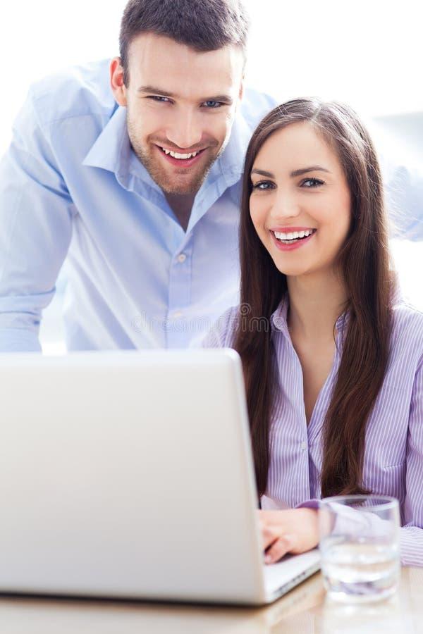 Gens d'affaires à l'aide de l'ordinateur portable photos libres de droits
